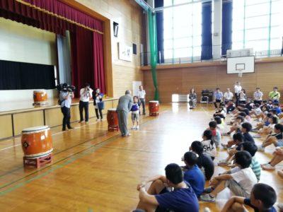 富山市立四方小学校へライフジャケット寄贈式